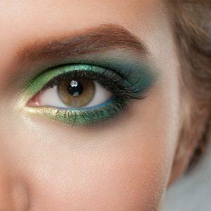 آموزش گریم و آرایش با لباس سبز روشن